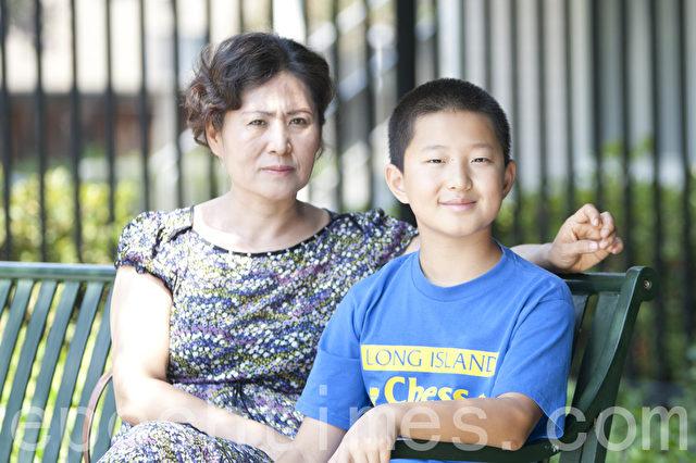 Geng He, die Ehefrau von Gao Zhisheng, mit dem Sohn Tianyu.  Foto: Epoch Times