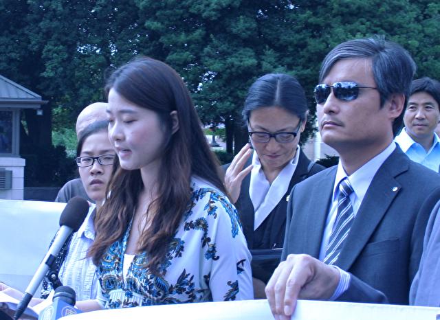 Grace Gege Gen, Tochter des Menschenrechtsanwalts Gao Zhisheng, bei der Pressekonferenz am 17. September außerhalb des Capitols in Washington, D.C. Neben ihr der  blinde Anwalt und Bürgerrechtler Chen Guangcheng.