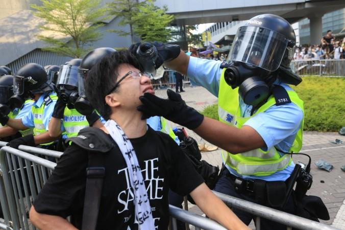 """Hongkong Protest – Polizist bittet Demonstranten: """"Verzeiht mir, dem Feigling!"""""""