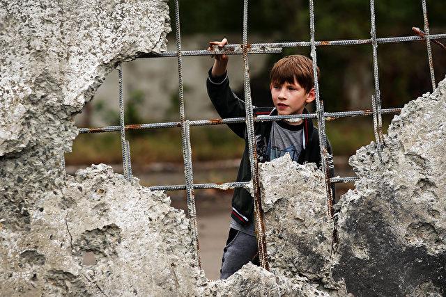 Ein Junge im vom Kämpfen zerstörten Alovaisk, eine Autostunde vom Rebellengebiet entfernt. Foto: Spencer Platt / Getty Images