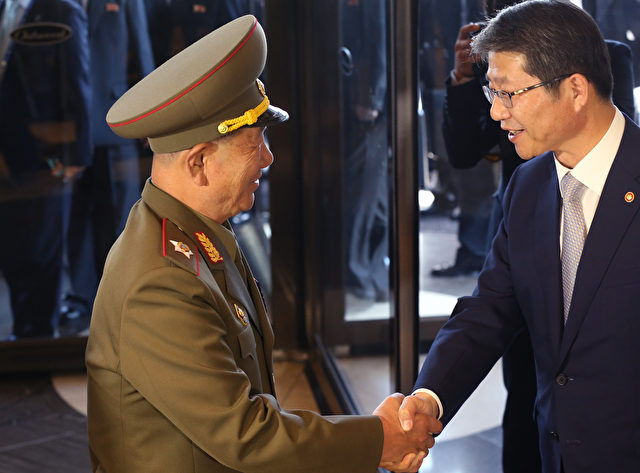 "Das war erst der Anfang: Südkoreas Vereinigungsminister Ryoo Kihl-Jae (re.) und Nordkoreas ""zweitmächtigster Mann"" Hwang Pyong-Soo (li.) schüttelten sich am 4. Oktober die Hand. Foto: Chung Sung-Jun/Getty Images"