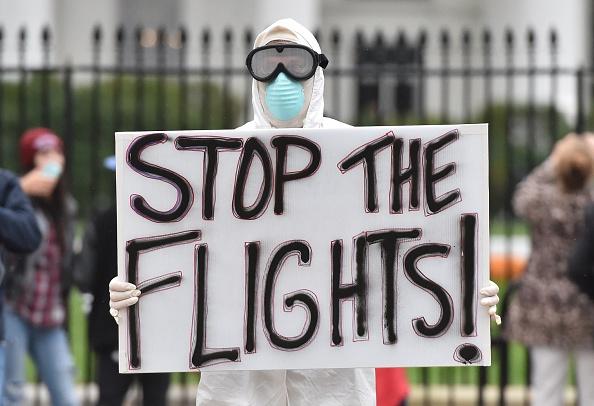 Demonstranten fordern ein Reiseverbot in die betroffenen Ebola-Gebiete Foto: MLADEN ANTONOV/Getty Images