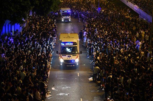 Bereitwillig machen die Demonstranten in Hong Kong Platz für Krankenwagen oder Feuerwehr.