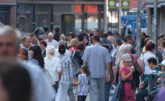 Menschen in einer Fußgängerzone Foto: über dts Nachrichtenagentur