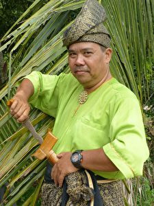 Dorfbewohner von Bukit Katil mit Kris-Messer