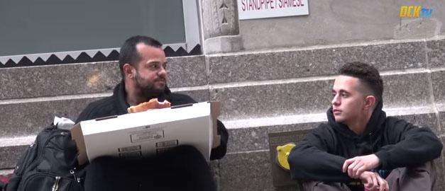 Fremde um Essen bitten – nur ein Obdachloser teilt (+Video)