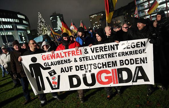 Düsseldorfs Verwaltungsrichter haben sich an den Grundsatz der Gewaltenteilung erinnert und ihrem OB untersagt, während der Dügida-Demonstration am nächsten Montag die Lichter ausschalten. Foto: Sean Gallup / Getty Images