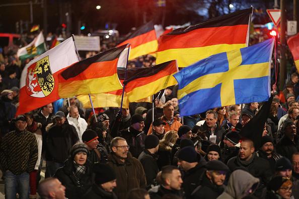 """Auf dem """"12. Großen Abendspaziergang"""" präsentierte das Bündnis Pegida (""""Patriotische Europäer gegen die Islamisierung des Abendlandes"""") überraschend viele politische Inhalte. Foto: Sean Gallup / Getty Images"""