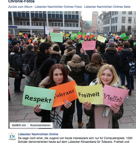 """Schilder halten auf schulische Anordnung: Auf dem Facebook der Lübecker Nachrichten ging die Post ab, nachdem ein Schüler enthüllte, dass eine anti-pegidische """"Schüler-Demo"""" nichts mit """"Freiwilligkeit"""" zu tun hatte. Foto: Screenshot LN / Facebook"""