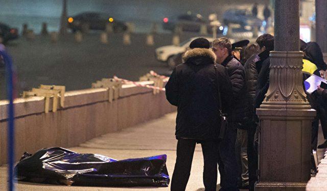 Noch lange bleib die Leiche von Boris Nemzow auf der Brücke nahe dem Krem  liegen.