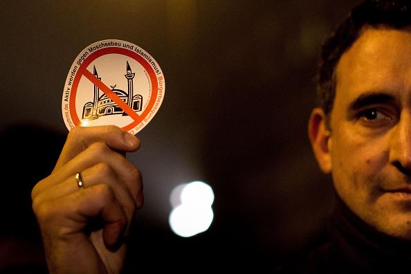 Ein Pegida-Unterstützer in Berlin am 5. Januar: Das islamkritische Bündnis forderte muslimische Verbände zu einer klaren Abgrenzung vom religiös motivierten Terror auf. Foto: Carsten Koall / Getty Images