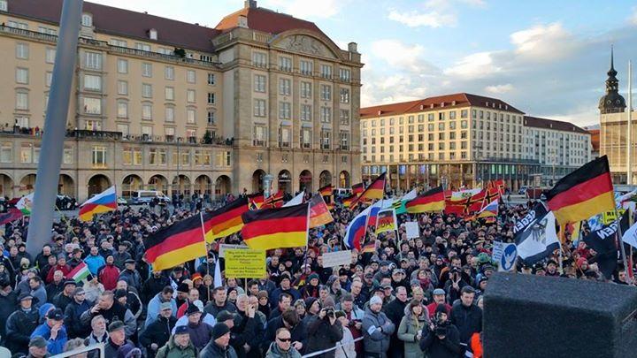 """Geert Wilders sagt """"Wir sind Pegida!"""" vor über 15.000 Demonstranten in Dresden"""