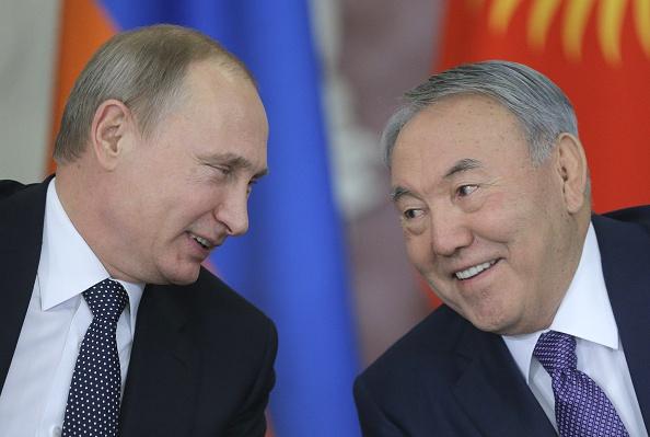 Dem Dollar und der NATO Konkurrenz machen: Russlands Präsident Putin und Kasachstans Präsident Nazarbayev haben gemeinsam viel vor. Foto: MAXIM SHIPENKOV/AFP/Getty Images