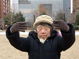 Frau Tian meditiert vor der Liberty Bell in Philadelphia, wo sie seit 2 Jahren in Sicherheit lebt. (Februar 2015).