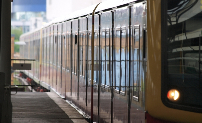 Brutale Attacke in Berliner S-Bahn – Mutiger Helfer erleidet Nasenbeinbruch