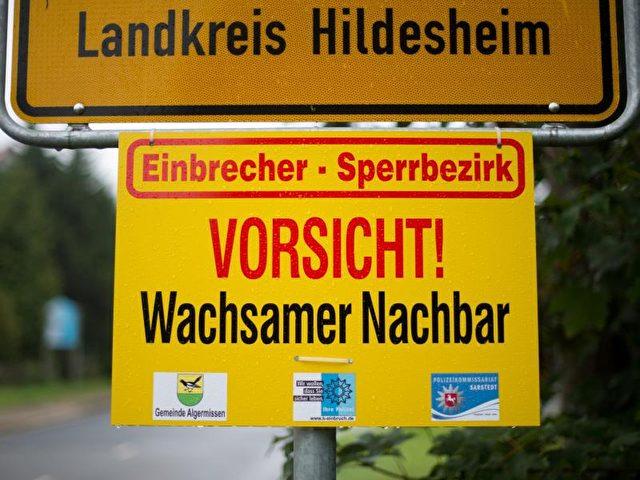 """Hilft nicht immer:Ein Schild mit Aufschrift """"Einbrecher-Sperrbezirk"""" und """"Vorsicht! Wachsamer Nachbar"""". Foto: Julian Stratenschulte/Archiv/dpa"""