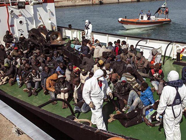 Diese Flüchtlinge wurden vor der Küste Libyens gerettet. Foto: Francesco Arena/Archiv/dpa