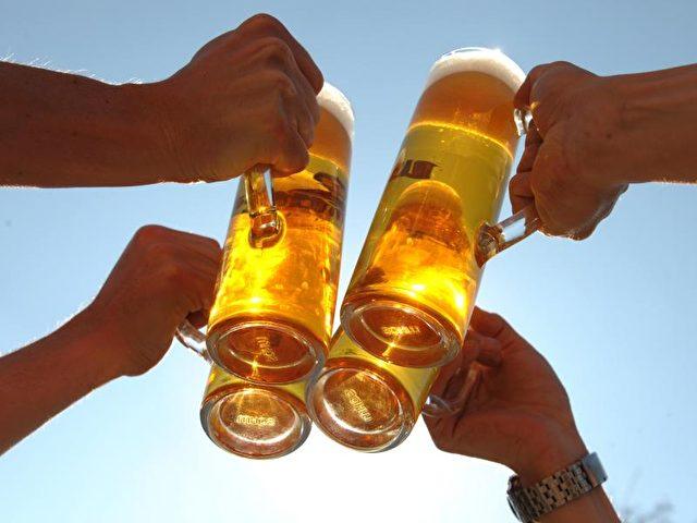 Insgesamt kamen die Biertrinker in Deutschland auf 8 Milliarden Liter. Foto: Peter Endig/dpa