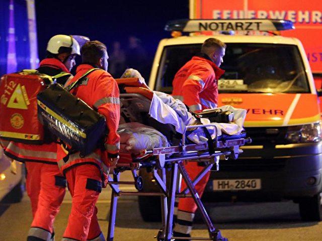 Rettungssanitäter bei der Evakuierung des Altenheims in Hamburg. Foto: Bodo Marks/dpa