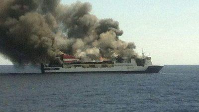Retter holen 150 Menschen vor Mallorca von brennender Fähre