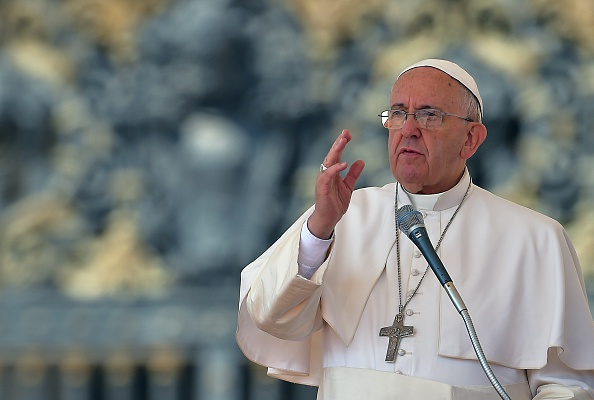 Vor 7.000 Schulkindern kritisierte Papst Franziskus am Montag ungewöhnlich scharf die Verflechtungen von Regierungen, Waffenindustrie und Finanzsystem. Foto: VINCENZO PINTO / AFP / Getty