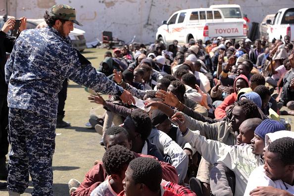 In Libyen sammeln sich Flüchtlingsmassen aus verschiedenen afrikanischen Staaten. Die Terrormiliz ISIS schlägt aus diesem Umstand und politischem Chaos vor Ort Profit. Foto: MAHMUD TURKIA / AFP / Getty Images