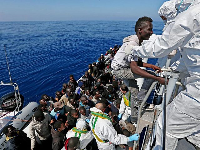 Mit kaum seetüchtigen Booten kommen die Migranten übers Mittelmeer nach Italien. Foto:Alessandro Di Meo/dpa