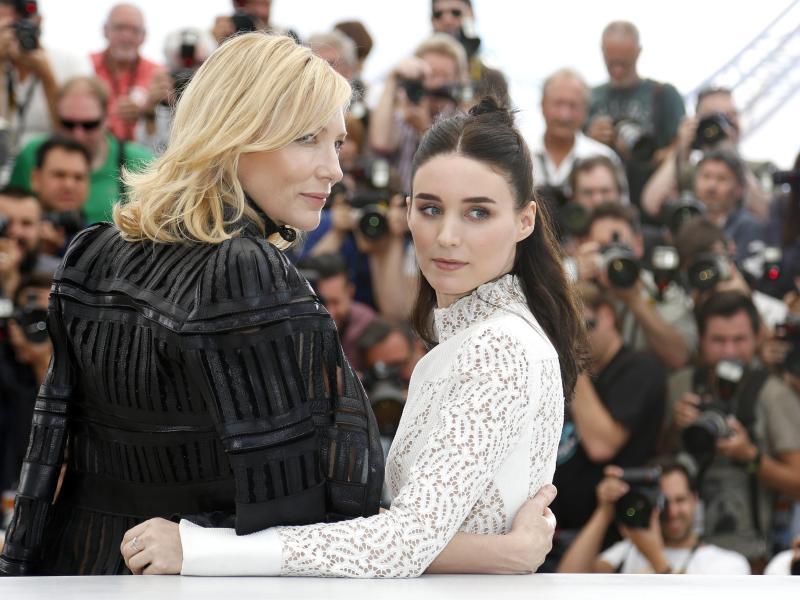 Strauchelnde Menschen beim Filmfestival Cannes + Fotogalerie