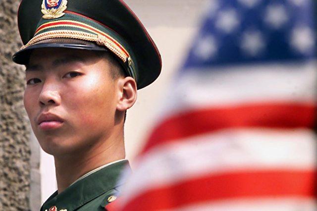 Ein chinesischer Polizist hält vor der US-Botschaft in Peking Wache. Foto: Stephen Shaver/AFP/Getty Images