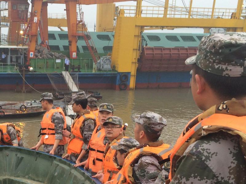 Schiff mit mehr als 450 Menschen auf Jangtse-Strom gesunken