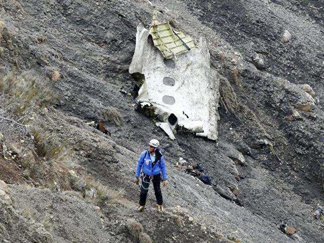 Mehr als zwei Monate nach der Germanwings-Katastrophe mit 150 Toten verzögert sich die Überführung der deutschen Opfer. Foto: Guillaume Horcajuelo/Archiv/dpa