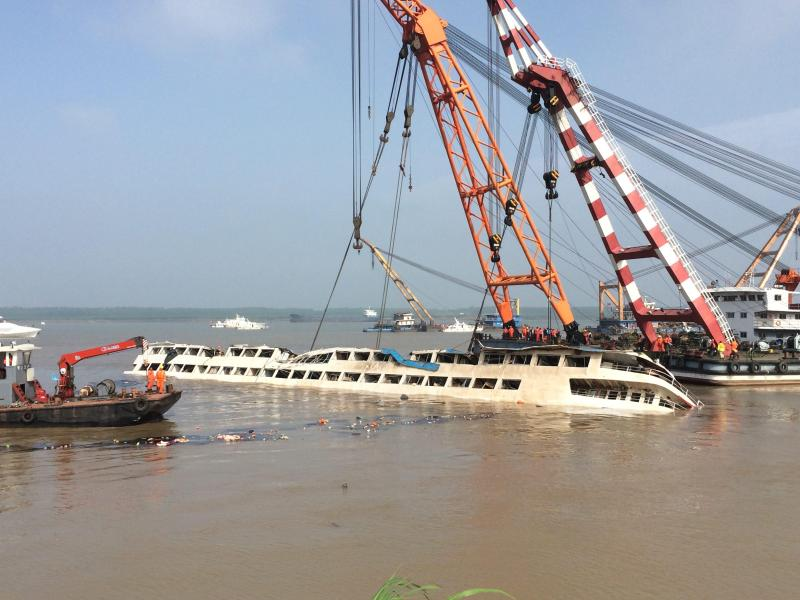 Bergungskräne drehen Schiffswrack im Jangtse