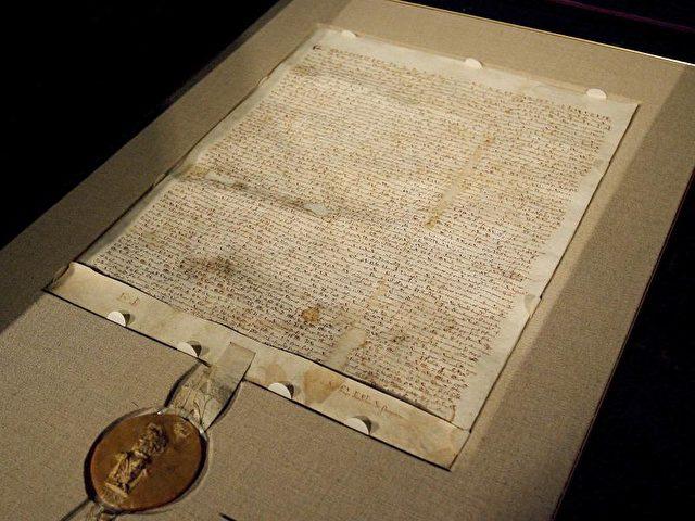Magna Carta latin pour Grande Charte désigne plusieurs versions dune charte arrachée une première fois par le baronnage anglais au roi Jean sans Terre le 15