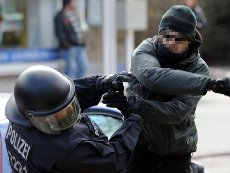 Angriffe auf Polizisten: Minister beraten härtere Strafen