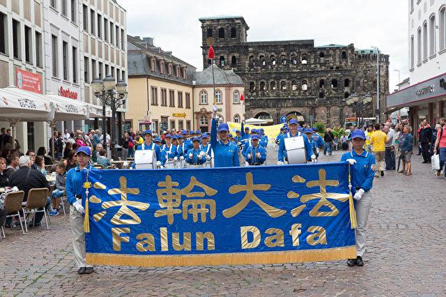 Falun Gong wird auch Falun Dafa genannt.