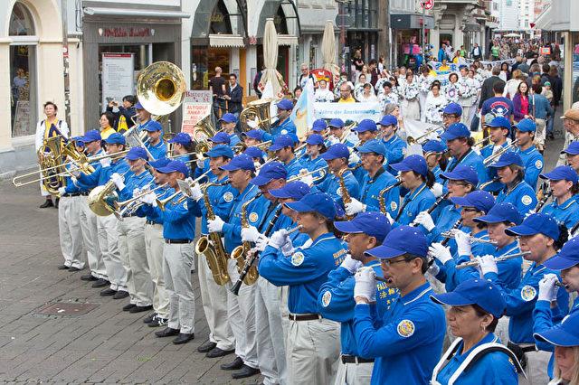 Sie haben in China unter der Verfolgung von Falun Gong gelitten und jetzt Anzeige erstattet.