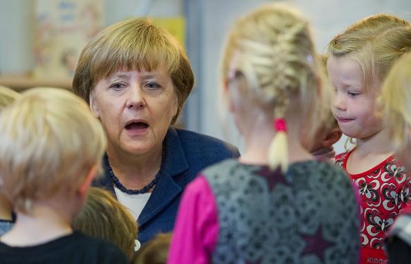 """Wenn das Mutti wüsste: Nur einen Tag, bevor Angela Merkel in Stralsund Kindern vorlas, zwang das Ordnungsamt in NRW einen kleinen Jungen zur """"Sexualerziehung"""". Foto: Stefan Sauer / DPA / Getty"""