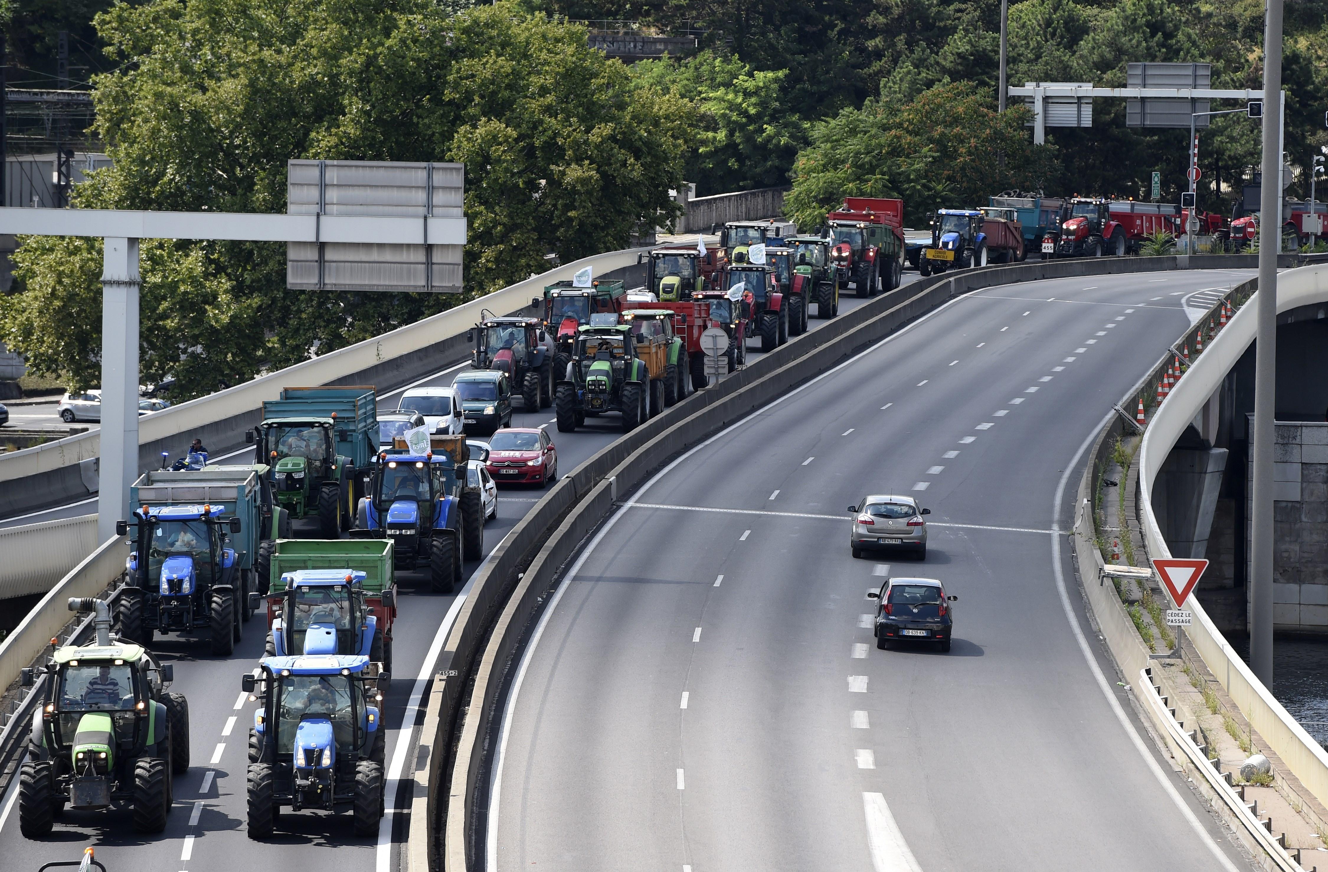 Existenzangst: Französische Bauern protestieren und blockieren die Autobahnen