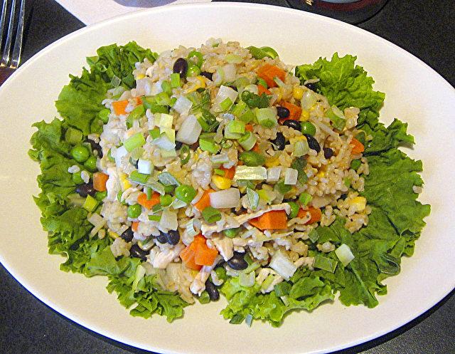 Gebratener Reis: Huhn und gebratener Reis mit Karotten, grünen Bohnen, schwarzen Bohnen, Mais, Sellerie und schwarzen Pilzen.