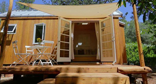 sol haus design pr sentiert die gl ckliche vina lustados eine besitzerin der tiny house bewegung. Black Bedroom Furniture Sets. Home Design Ideas
