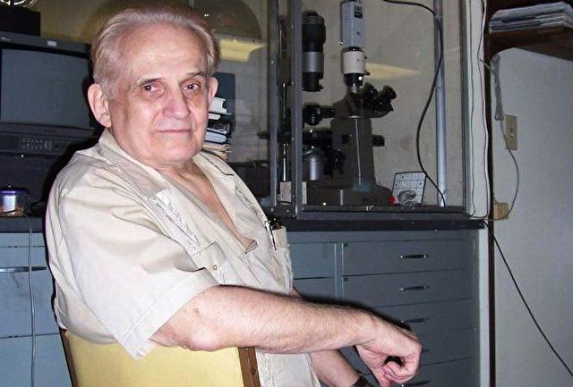 Cleve Backster in seinem Labor in San Diego, wo er seine Untersuchungen zur primären Wahrnehmung durchführte.