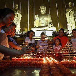 In einem buddhistischen Tempel wird der Opfer gedacht. Foto: STR / AFP / Getty Images