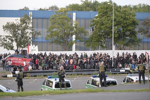 Linke Asyl-Sympathisanten in Heidenau am 29. August. In der Nacht wurde die Situation unübersichtlicher.   Foto: ROBERT MICHAEL/AFP/Getty Images)
