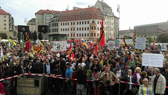 Brechend voll bei Pegida in Dresden vor der Frauenkirche.