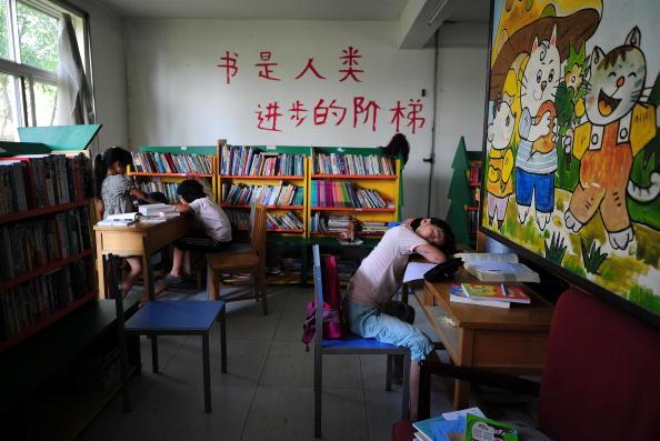 Mittlerweile gibt es in ganz China neun dieser Einrichtungen und es sind mehr als 5000 Kinder von Sträflingen, denen Zhang Shuqin in den letzten 19 Jahren bereits ein Zuhause gegeben hat. Sie selber leitet das Sonnendorf. Zurzeit leben hier 150 Kinder.