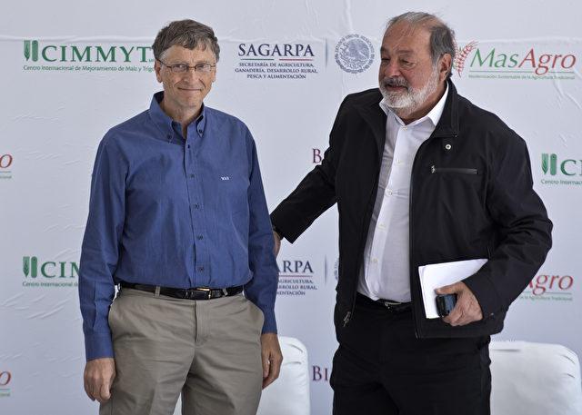 Die beiden reichsten Männer der Welt: Bill Gates (L) und Carlos Slim (R) - Telekom Austria gehört Carlos Slim (Mexiko/Libanon) und von dort kommen die Smartphones, die an Flüchtlinge verschenkt werden. Foto: Ronaldo Schemidt/AFP/Getty Images