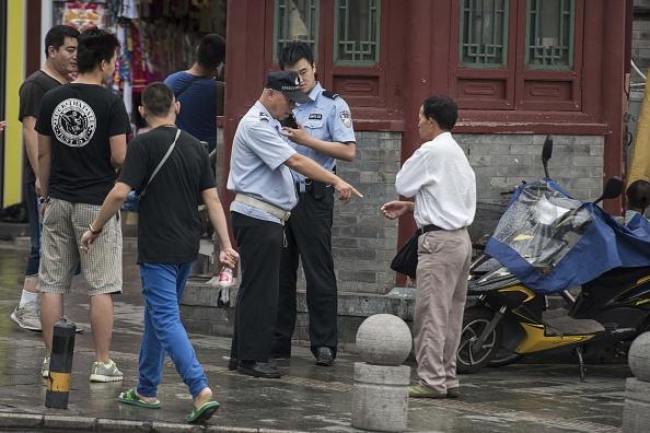 Ausweiskontrolle: In der Nähe des Tiananmen Platzes müssen sich Passanten auf einiges gefasst machen (Bild vom 1. September).