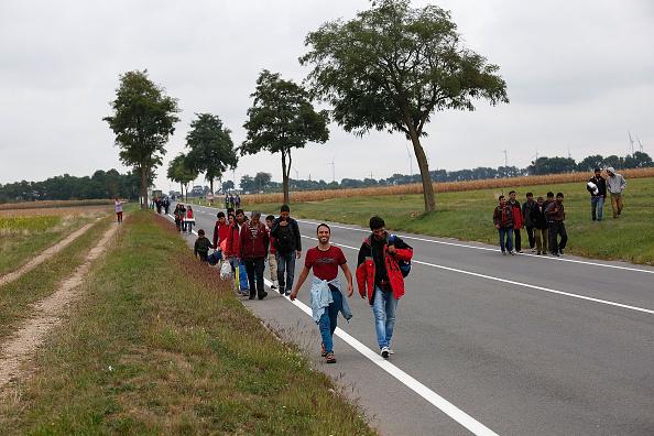 Am 11. September 2015 machten sich Flüchtlinge nahe der österreichischen Grenze bei Nickelsdorf zu Fuß auf den Weg nach Wien, weil die Bahnen überfüllt waren. Auch am 11. September 2015 schrieb Axel Retz seinen Offenen Brief.  Foto: Win McNamee/Getty Images
