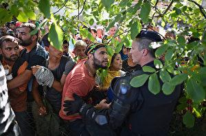 Migranten beim Durchbrechen der Polizei-Linie im kroatischen Tovarnik. Sie wollen zu den Zügen nach Zagreb.