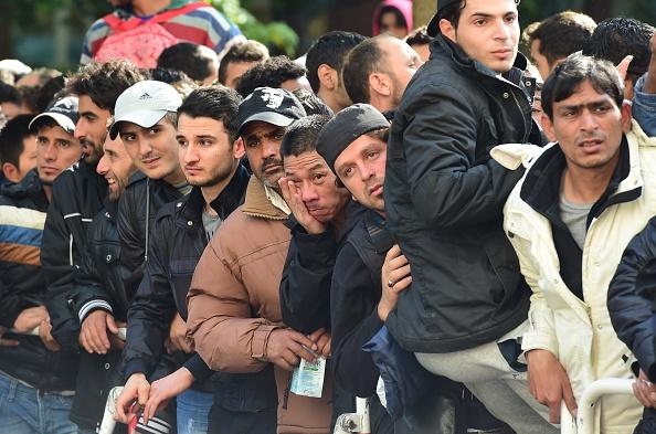 Migranten vor dem Berliner Landesamt für Gesundheit und Soziales am 18. September. Foto: JOHN MACDOUGALL / AFP / Getty Images